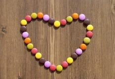 Hjärta som göras av färgrika godisar Royaltyfria Foton