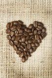 Hjärta som göras av kaffebönor Royaltyfri Fotografi