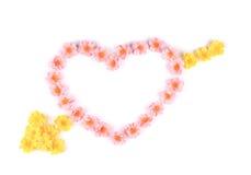 Hjärta som göras av konstgjorda blommor. Arkivbilder