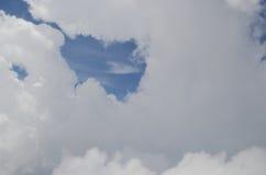 Hjärta som göras av moln över blå himmel Royaltyfri Fotografi