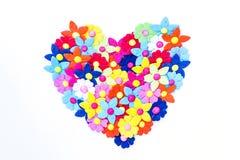 Hjärta som göras av pappers- blommor Arkivfoton
