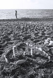 Hjärta som göras av stenar på stranden Arkivbilder