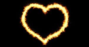 Hjärta som göras, genom att bränna, flammar att flöda på svart bakgrund med brandpartiklar, ferievalentindag och förälskelse