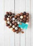 Hjärta som göras med chokladtryfflar och en etikett Arkivbilder