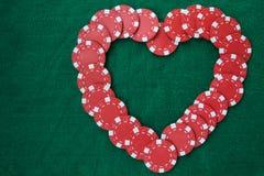 Hjärta som göras med pokerchiper, på en grön bakgrundstabell Bästa sikt med kopieringsutrymme arkivbild
