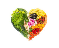 Hjärta som göras ut ur isolerade frukter och grönsaker på vit Royaltyfri Foto