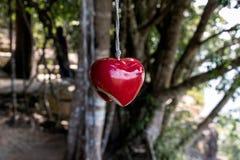 Hjärta som hänger på repet royaltyfria foton