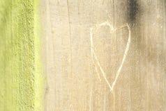 Hjärta som inristas på woodm Arkivbild