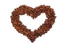 Hjärta som läggas ut från kaffebönor Arkivfoton