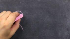 Hjärta som målas med rosa krita, på en mörk bakgrund, svart tavla pojken tecknar hjärta tillgänglig vektor för valentiner för kor stock video