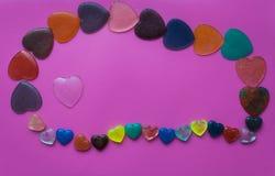 Hjärta som omges av hjärtor på rosa färg-malvafärgad bakgrund Valentin` s Fotografering för Bildbyråer