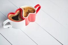 Hjärta två formade kaffekoppar förbindelse med de royaltyfri bild