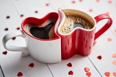 Hjärta två formade kaffekoppar förbindelse med de arkivfoton