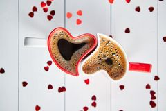 Hjärta två formade kaffekoppar förbindelse med de royaltyfri fotografi