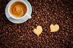 Hjärta två formade kakor med espressokaffe royaltyfri bild