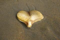 Hjärta vaggar i sand Arkivfoton