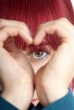 hjärta visar kvinnan Fotografering för Bildbyråer