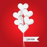 Hjärtaballong i röd bakgrund Arkivbilder