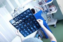 Hjärtabildläsning (CT-bildläsningen av bröstkorgen) i händerna av en doktor Royaltyfria Bilder