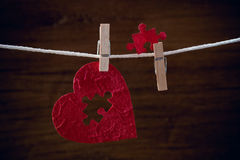 Hjärtaförälskelsefigursåg på torkdukerep arkivbild