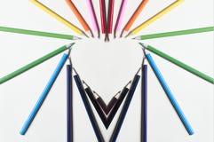 Hjärtaform av de färgrika blyertspennorna Arkivbild