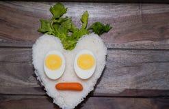 Hjärtaform av vita ris och ägg Royaltyfria Bilder