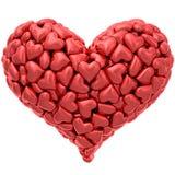 Hjärtaform komponerade av många röda hjärtor som isolerades på vit Arkivfoton