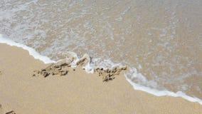 Hjärtaform med pilen på sand som torkade av vid havsvågen