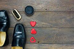 hjärtaform med skon för skor och för tillbehör för man` s att bry sig Arkivbild
