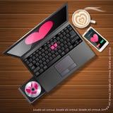 Hjärtaform på den bärbar datorskärmen och mobiltelefonen med latte Fotografering för Bildbyråer