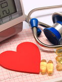 Hjärtaform på elektrokardiogrammet, blodtryckbildskärm, stetoskop Royaltyfri Foto