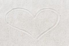 Hjärtaform på sand royaltyfria bilder