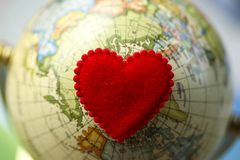 Hjärtaform på världskartan, förälskelse och sparar världen för det nästa Get Royaltyfria Foton