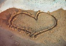 Hjärtaform som dras på stranden royaltyfri bild