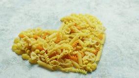 Hjärtaform som göras av pasta lager videofilmer
