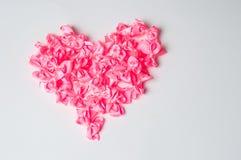Hjärtaform som göras av rosa band Royaltyfri Foto