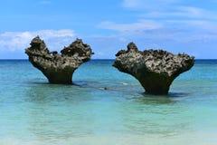 Hjärtaform vaggar på stranden av den Kouri ön, Okinawa royaltyfri fotografi