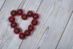 Hjärtaformbränd mandel för dag för valentin` s Arkivbilder