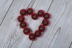 Hjärtaformbränd mandel för dag för valentin` s Arkivbild