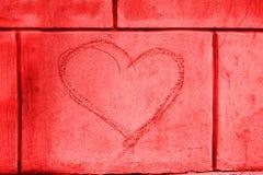 Hjärtaformgrafitti på väggen Arkivbilder