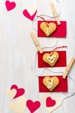 Hjärtaformkakor med ord ÄLSKAR JAG DIG över den lantliga tabellen Arkivbild