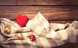 Hjärtaformleksak och halsduk Arkivfoto