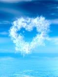Hjärtaformmoln över vattenyttersida royaltyfria foton