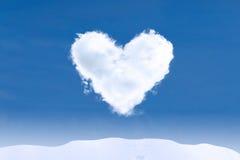 Hjärtaformmoln på vinterdag Royaltyfri Fotografi