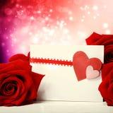 Hjärtahälsningkort med röda rosor Arkivbilder