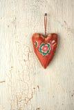 Hjärtahand - som göras på en gammal träbakgrund Arkivfoto