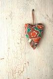 Hjärtahand - som göras på en gammal trädörr Royaltyfri Foto