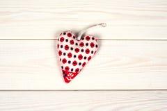 Hjärtahand - som göras på en träbakgrund Fotografering för Bildbyråer
