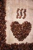 Hjärtaillustration som göras av nya aromatiska kaffebönor Royaltyfria Foton
