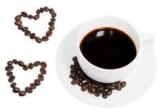Hjärtakaffebönor med svart kaffe Royaltyfria Bilder